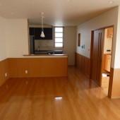 居間と対面キッチン