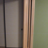 向かって左側の扉を閉めると中の戸が見えないようになります。