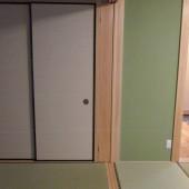 敷居には4枚の戸が収納できます。収納をすると部屋の間仕切りが無くなり、両隣の部屋が一体になり広く使えます。