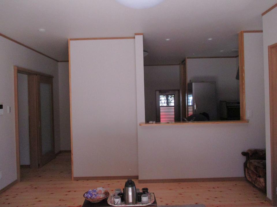 キッチンと居間が一体で広々としています。部屋全体が明るく落ち着いています。