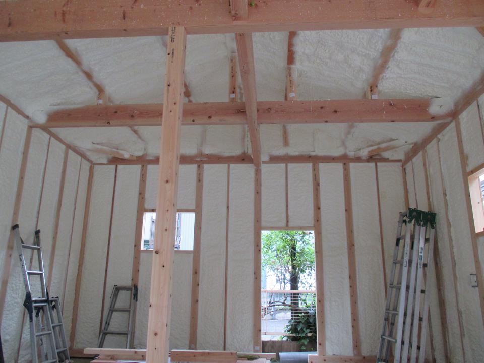 隅から隅まできちんと壁全体に断熱材を吹き付けることによって断熱効果は抜群です。また安全で環境性能にも優れています。