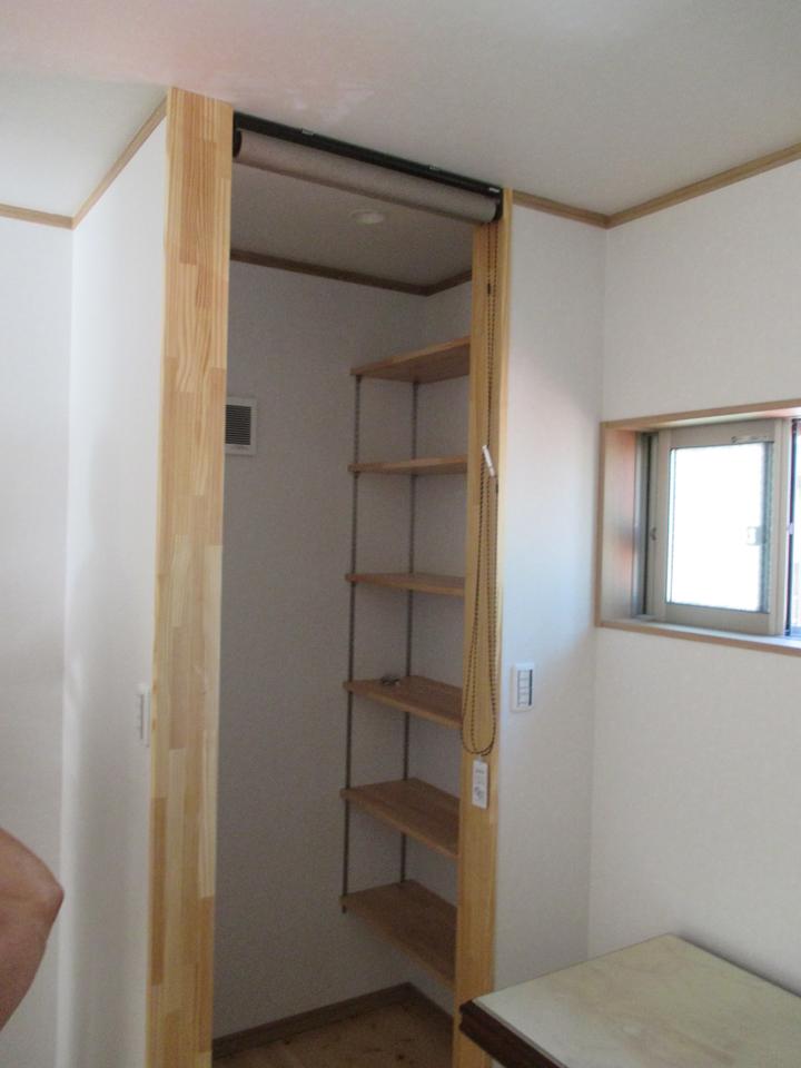 少しの空間を利用して棚を作り整理整頓が出来るようにしました。また、小さい窓を作り光を部屋に取り入れるため、部屋がとても明るいです。