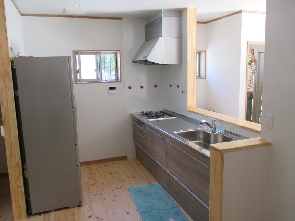 キッチンです。流し等はシステムにしました。部屋がすっきりし床材は桧の無垢材を使用しています。窓から光が部屋に入り全体が明るいです。