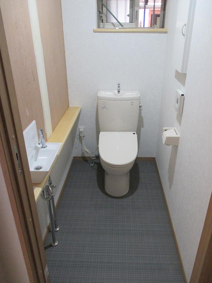 トイレも明るく清潔感に満ち溢れています。隅に長い棚を作り小物を置くのに便利です。手洗い所も棚の延長に作りました。トイレの中がとても明るくなるように設計してあります。