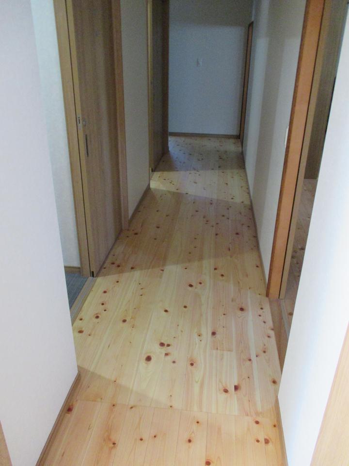 廊下も桧の無垢材を使用しました。全体が桧の無垢材を使用しているため木と周囲の壁の調和がとても良いので大変明るくなっています。