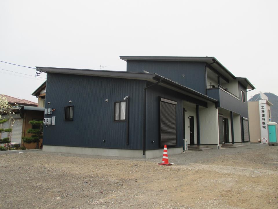 二世帯住宅です。外壁を角波トタン張り(ガルバリュウム鋼板の角波張り)にし、色は濃い色を使用しているので大変外観がしまって見えます。