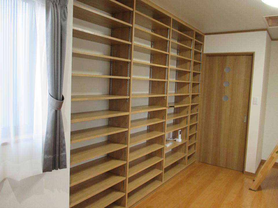 本棚や小物置場に大変良い棚で、棚板の段数がかなり沢山あるため大量に収納できます。