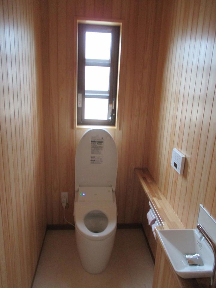 とってもまとまった落ち着きのあるトイレです。明りの取入れも良い感じです。