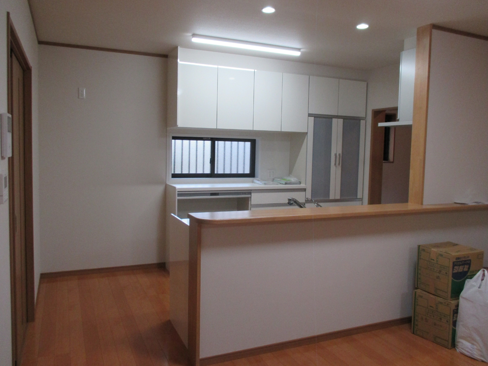 キッチンは広く開放的に設計されています。