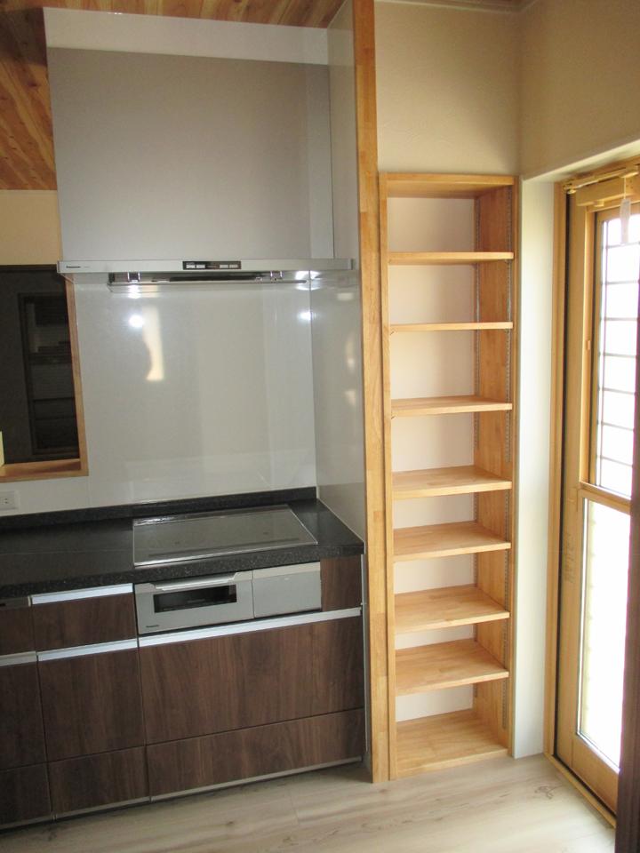 ここよりキッチンです。 流し台の横の空間を利用して棚を作りました。 小物収納に大変便利です。