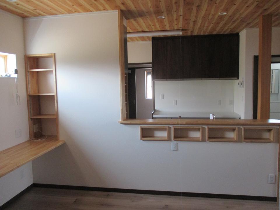 左側にカウンターと壁面に少し小さな棚を作ることにより、ポイントになりました。 小物収納にもなります。 正面のキッチンの仕切り棚の下に4つの四角い長方形スペースを作りました。 調味料等が置けます。